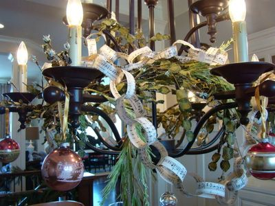 RMS-greeneyedmom_holiday-chandelier-with-chain-links_s4x3_lg
